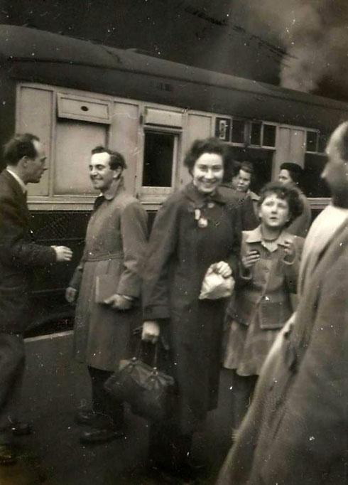 פרדי וחנה עולים לרכבת, לקראת עלייתם לישראל (צילום: אוסף פרטי של פרדי כהנא)