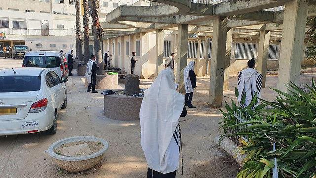 אנשים מתפללים בבני ברק (צילום: איתי בלומנטל)