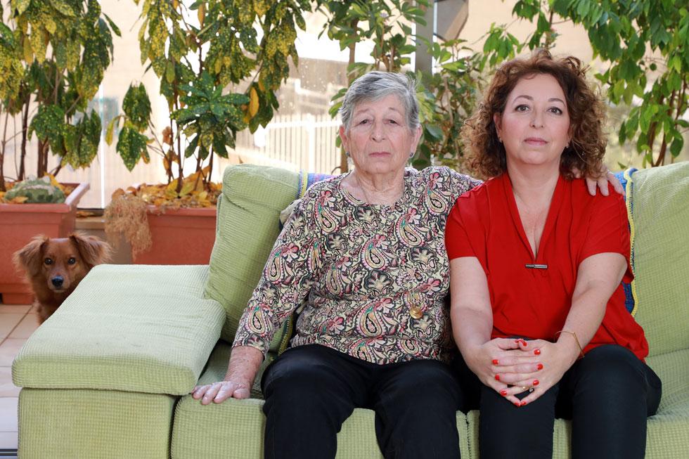 """נטע שי־זילברפרב ואמא שלה רות דה-וריס ז""""ל.  """"לא פשוט לספר שחיטטתי בפח כמו שהיא עשתה בשואה""""  (צילום: דנה קופל)"""