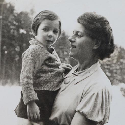 """נטע בילדותה עם אמה. """"היה לה חשוב לכבד כל אדם באשר הוא"""" (צילום: אלבום פרטי)"""