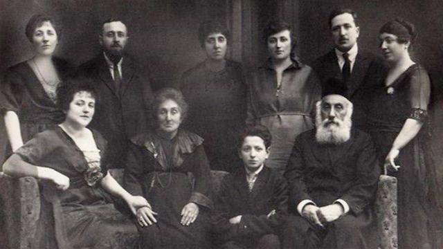 מימין, סבתא של פיני. יושבת ראשונה משמאל, סבתא של מרישה ()