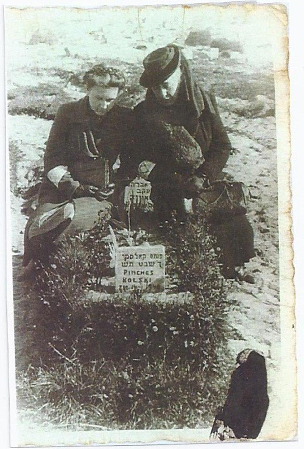 קברו של פנחס קולסקי בגטו ורשה. מעל הקבר עומדות רחל ומירקה ()