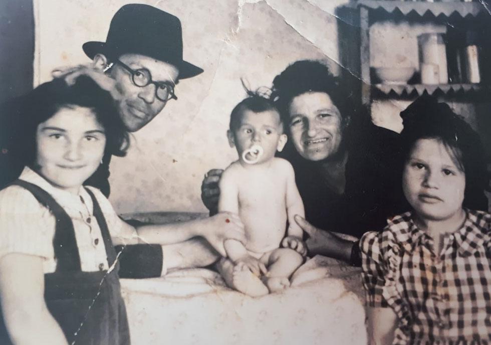תמונת ילדות: אסתר בר-נוי (משמאל) עם האב פנחס, האח התינוק אהרון-יהודה, האם לאה והאחות נחמה, שבזכותה כולם ניצלו, 1947 (צילום: אלבום פרטי )