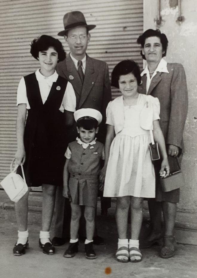 """אסתר בת ה-11 (משמאל) עם ההורים והאחים. """"מי כבר יכול לפגוע בי?"""" (צילום: אלבום פרטי )"""