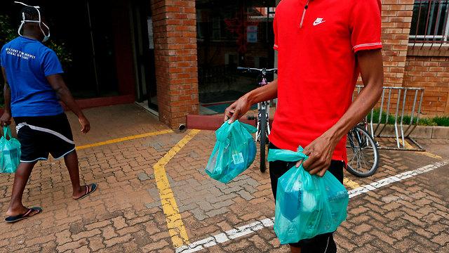 נגיף קורונה דרום אפריקה סיוע חבילות מזון ל עניים (צילום: AFP)