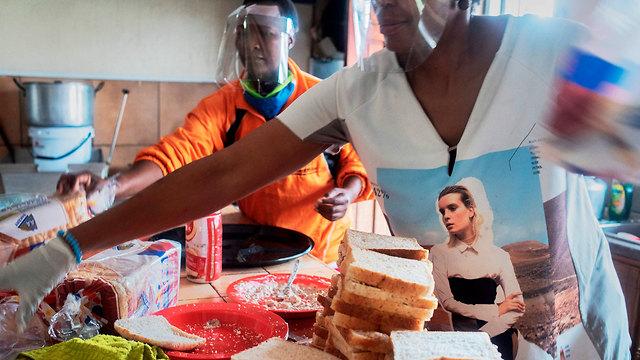 נגיף קורונה דרום אפריקה סיוע חבילות מזון ל עניים יוהנסבורג (צילום: AFP)