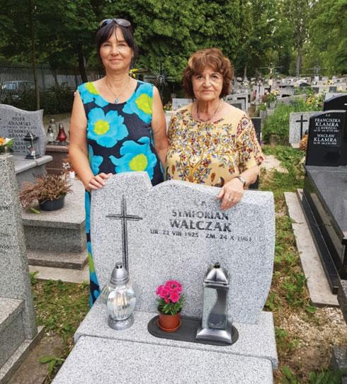 """על קברו של הבן  סמפוריאן ואלצ'ק (עם בתו אלה). """"הוא היה ילד ולא הבין מדוע הוריו מסתכנים"""" (צילום: אלבום פרטי)"""