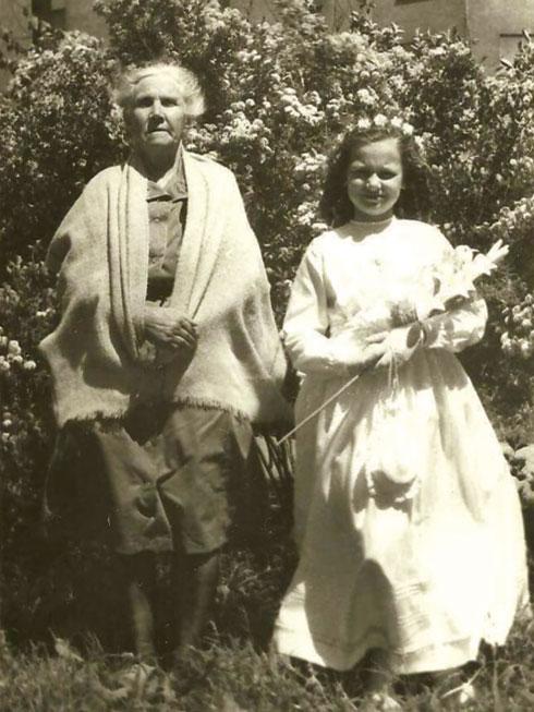 """חוה עם ברוניסלבה ואלצ'ק, אם המשפחה הפולנית שהסתירה אותה. """"טיפלו בי במסירות ובאהבה, למרות הסיכון העצום"""" (צילום: אלבום פרטי)"""