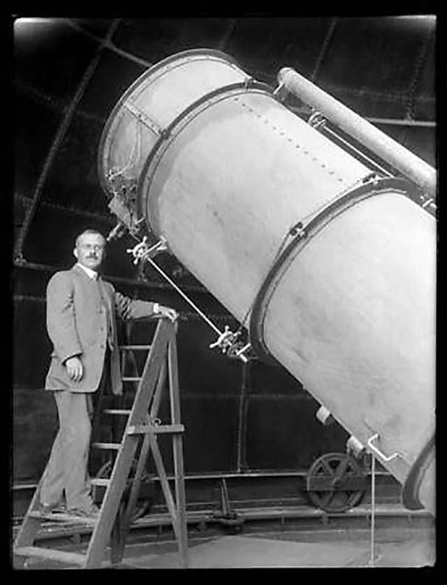 היבר קרטיס עולה על הסולם בדרכו לעינית הטלסקופ העצום.  (צילום: מתוך ויקיפדיה)