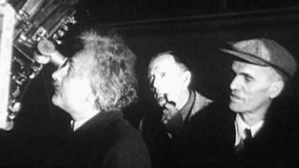לאחר הגילויים הפך גם האבל לכוכב עולה. בתמונה: אלברט איינשטיין בעת ביקור במצפה הכוכבים הר וילסון. האבל מאחור עם המקטרת בזווית פיו.  (צילום: מתוך ויקיפדיה)