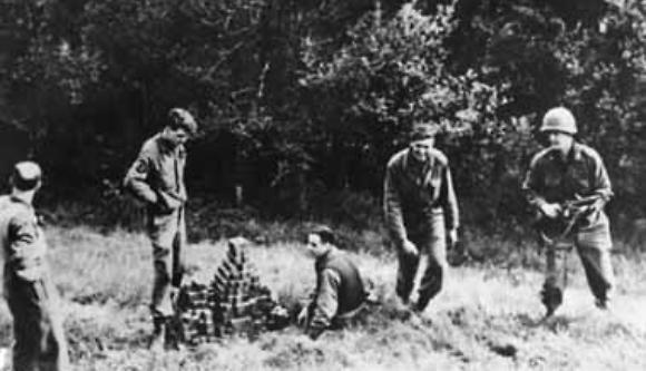 הגרמנים נכשלו כי לא היה להם אומץ. חיילי אלסוס אוספים קוביות אורניום שהנאצים הסתירו (צילום: צבא ארצות הברית, נחלת הכלל)