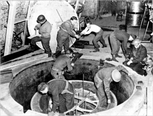 אפילו לא הגיעו לכור פעיל. חיילי אלסוס מפרקים את מכונת האורניום של גרמניה הנאצית בהייגרלוך (צילום: צבא ארצות הברית, נחלת הכלל)