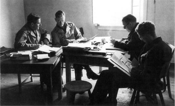 ALSOS: לאסוף מידע גרעיני. חאודסמיט (משמאל) עם כמה ממדעני אלסוס ב-1944 (צילום: צבא ארצות הברית, נחלת הכלל)