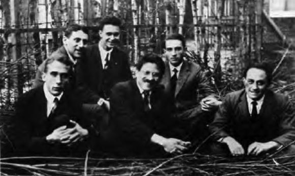 ארנפסט (במרכז מלפנים) עם תלמידיו ב-1924. חאודסמיט שני משמאל, פרמי מימין (צילום: אוניברסיטת שיקגו)