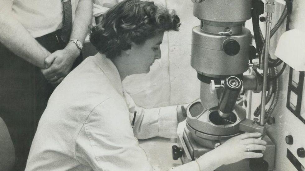 החוקרת יוני אלמיידה עם מיקרוסקופ האלקטרונים שלה בקנדה בשנת 1963 (צילום: GettyImages)
