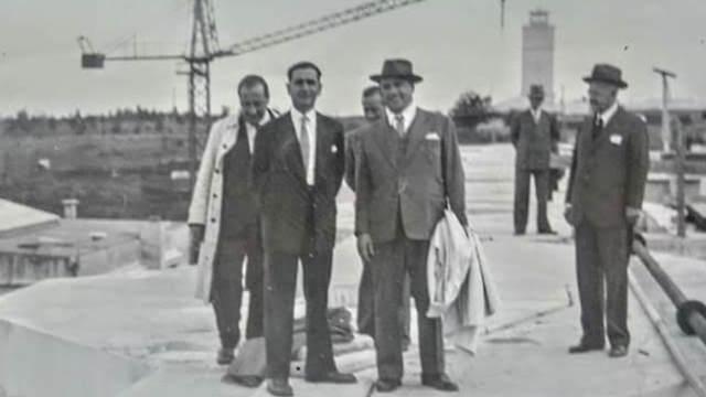חַאוּדְסְמִיט (משמאל) עם הפיזיקאי וולפגנג פאולי באורגוואי ב-1942 (צילום: ויקיפדיה, נחלת הכלל)