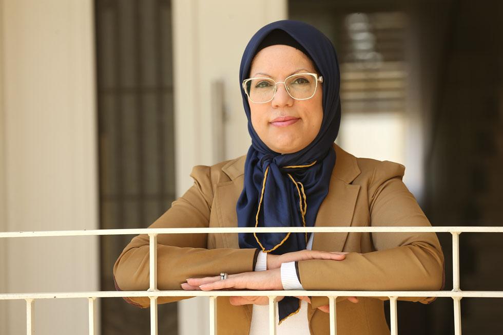 """שורוק עותמאנה במרפסת ביתה שבבאקה אל-גרבייה. """"אני מכירה הרבה אנשים מהמגזר שרוצים בדו-קיום הזה ומעודדים אותו""""  (צילום: אלעד גרשגורן)"""