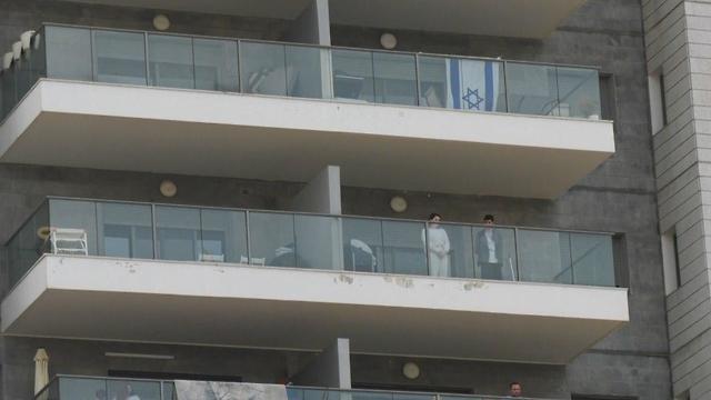 עומדים במרפסות בזמן הצפירה לכבוד ניצולי השואה בחדרה (צילום: שמיר אלבז)
