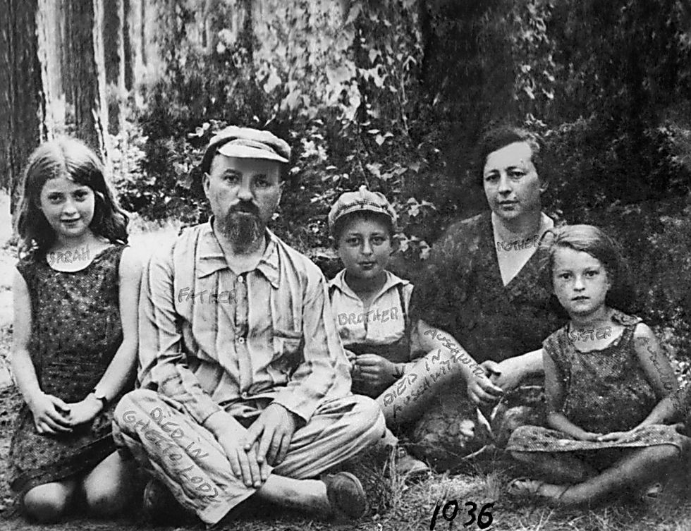 משפחת ביק 1936 מימין לשמאל מירה, ציפה, יענקלה, שלמה, ושרה (אמא של ססיליה) ()