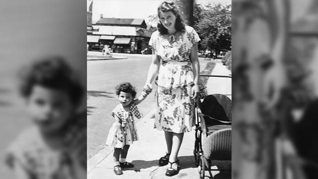 ססיליה כילדה עם אמה, שרה ()