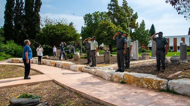 שוטרים הצדיעו במהלך הצפירה לשורד שואה במגידו (צילום: דוברות המועצה האזורית מגידו)