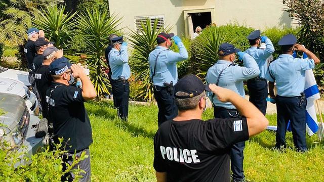 שוטרים מצדיעים (צילום: דוברות משטרת ישראל)