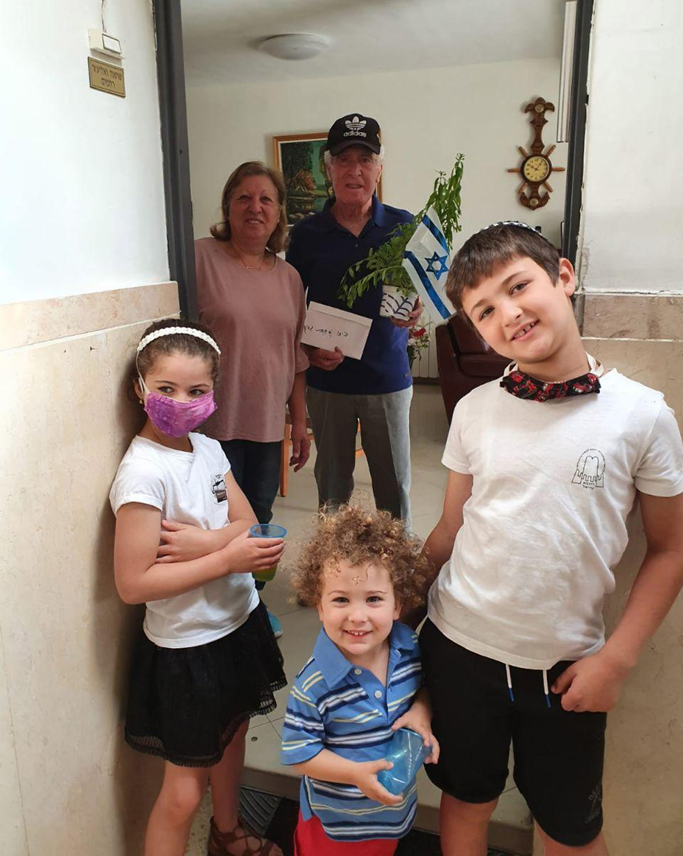 חלוקת שתילים ודגלים לניצולי שואה בירושלים ()
