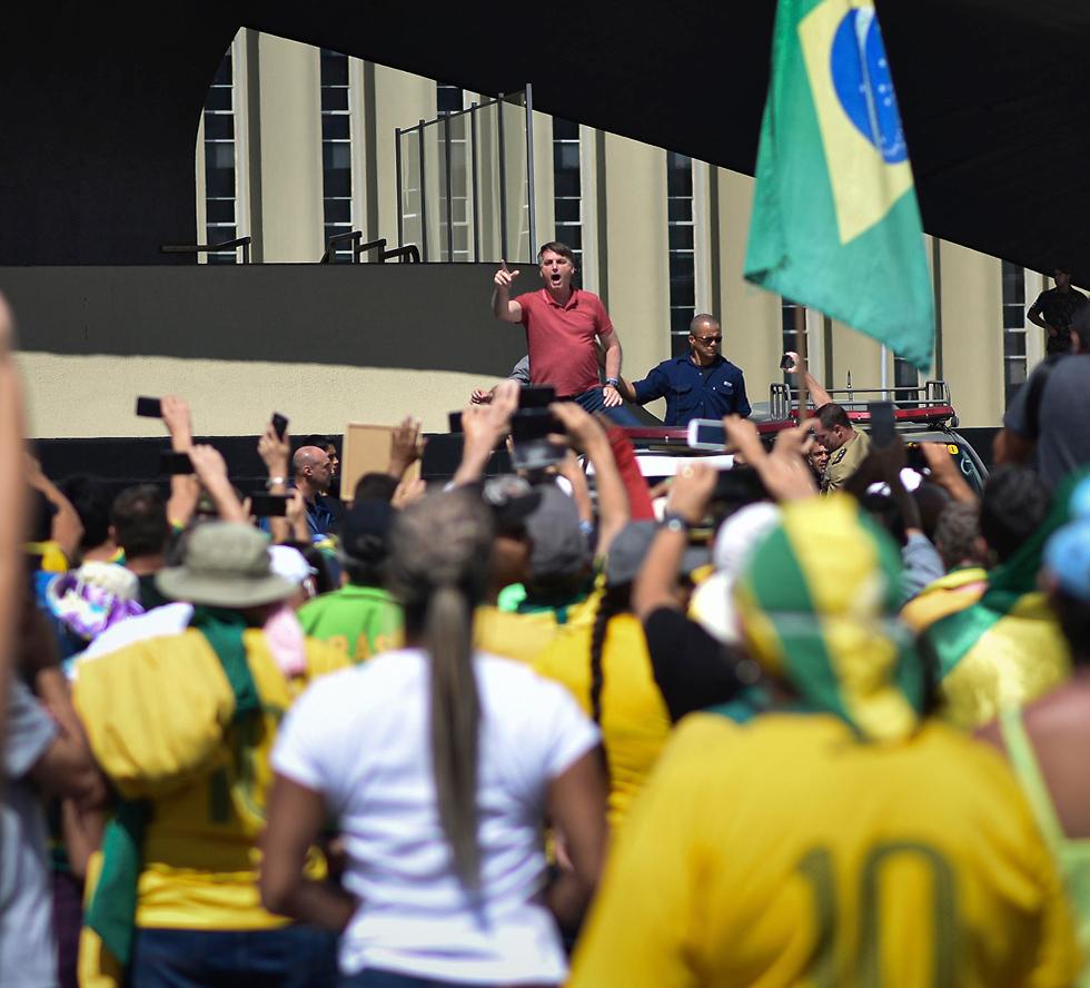 נשיא ברזיל ז'איר בולסונרו מפגין נגד ה סגר  (צילום: AP)