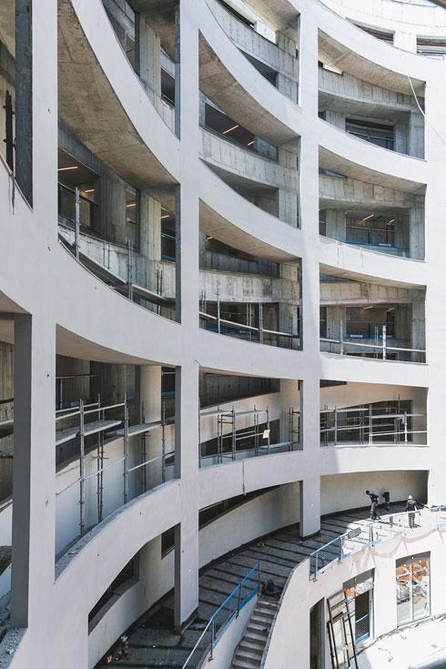 כך נראית הרמפה מבחוץ. אפשר גם במדרגות ובמעלית (צילום: עדי אקשטיין)