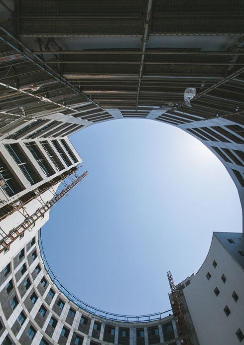 תשע קומות ומרפסת גג גדולה למעלה (צילום: עדי אקשטיין)