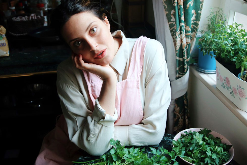 """""""עשיתי הזרקה בשפתיים של חומצה היאלורונית לפני שנתיים ואני מאוד גאה בה. זה היה מאוד נכון לי לפנים. הייתי צריכה להיוולד ככה"""". עדי שילון (32), מנחת טלוויזיה, יוצרת תוכן ופרזנטורית של מורז צמחי מרפא לקוסמטיקה פרא-רפואית ותוספי תזונה. אמא של מישל (בת חצי שנה) (צילום: יוסוף סוויד)"""