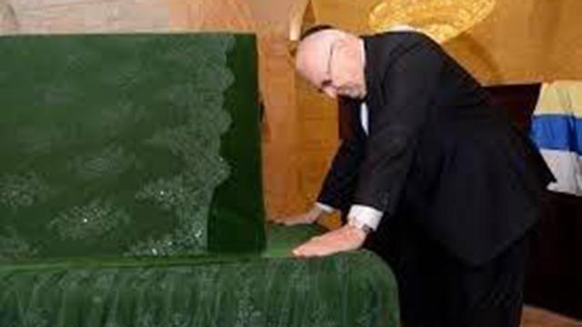 ראובן ריבלין בקבר הנביא שועיב (צילום: שקיב עלי)