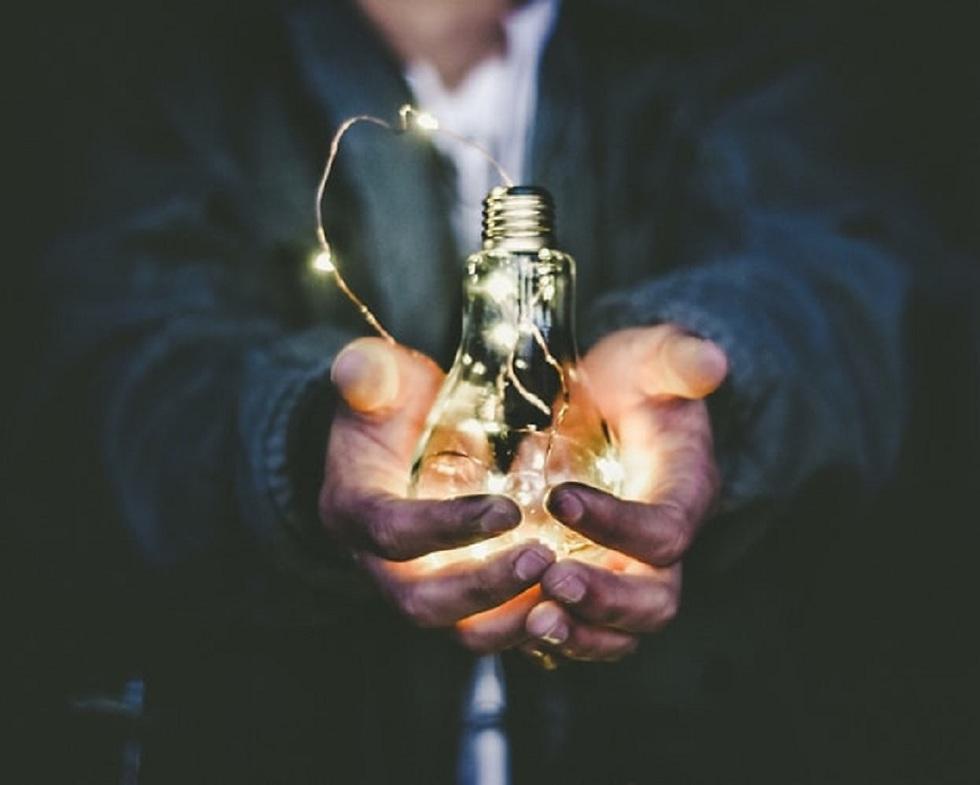 מנורה בתוך שתי ידיים  ()