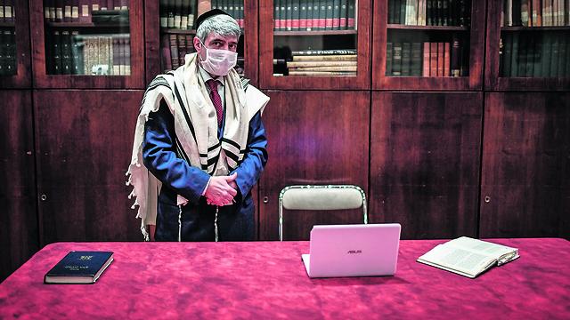 רב צרפתי מתכונן לקבלת שבת שיעביר בווידיאו לקהילה היהודית בפריז בזמן הסגר (צילום: AFP)