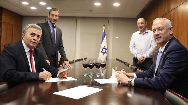 בני גנץ ועמיר פרץ חתמו על הסכם קואליציוני ()