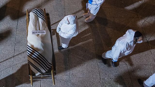 הלוויתו של הרב ישעיהו הבר אשר נפטר מנגיף הקורונה (צילום: שלו שלום)