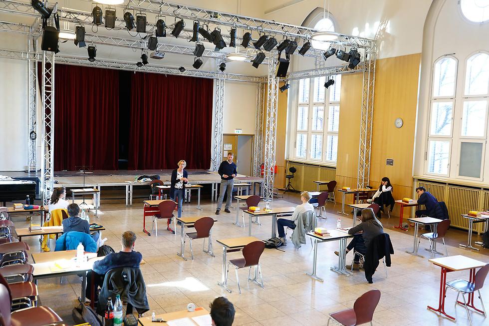 כיתוב: תלמידים מורים בית ספר תיכון שטגליץ ברלין גרמניה קורונה (צילום: רויטרס)