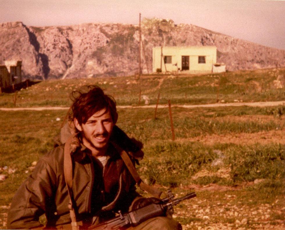 """נדב במהלך שירותו הצבאי בלבנון. """"המקומיים ידעו איפה אנחנו שוכבים, ואחד מהם לפעמים היה שולח אלינו ילד עם תה חם באמצע המארב"""""""