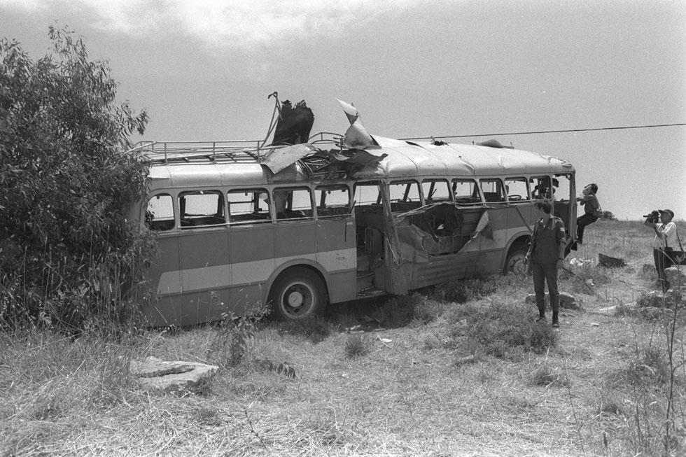 """האוטובוס אחרי הפיגוע, מאי 1970. """"משהו שאסור שיישכח, ושחייבים להנציח אותו"""" (צילום: משה מילנר, לע""""מ)"""