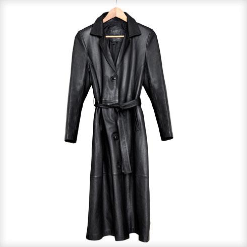 """""""אני קונה הרבה וינטג', אם זה בתל אביב או בפריז אצל האיראנים במארה. את המעיל הזה אני לובשת כשמלה. אין אישה שלא ראתה אותי בו וניסתה להוריד לי אותו מהגוף. יש ימים שאני שוקלת לא ללבוש אותו מרוב הפניות שהוא מעורר""""  (צילום: ענבל מרמרי)"""