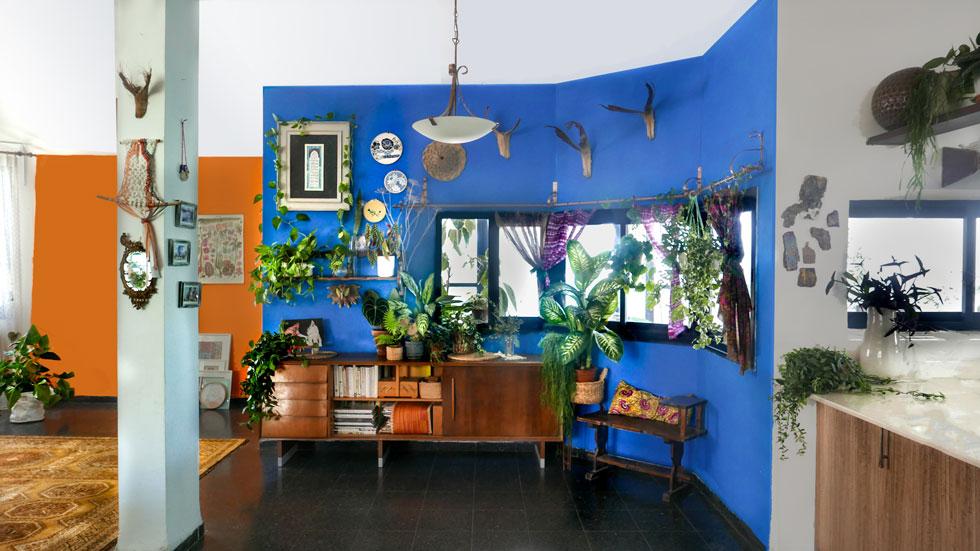 אחרי. קומפוזיציה שהורכבה על רקע הכחול החדש מפריטים שנאספו מרחבי הבית. בני המשפחה החליטו על שלושה כללים מנחים: קווים מעוגלים ככל האפשר, חפצים טעוני זכרונות ומשמעות, ושילוב שיוצר הרמוניה. כבונוס צבעו בכתום את הקיר מאחור (צילום: רינת טל)
