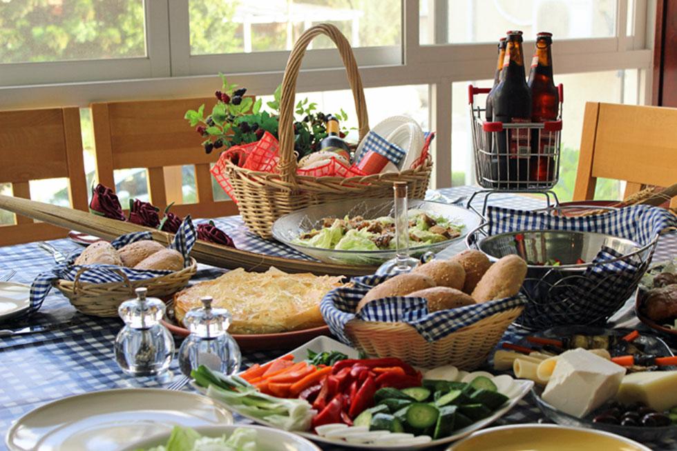 שולחן עשיר שנערך בשמחה ובציפייה לבילוי משפחתי - הוא חלק מהכיף. על עיצוב השולחן הזה עמלו באהבה ורד מורדוך וצופי רהב (צילום: אורה קורן)