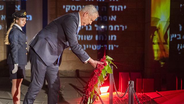 בני גנץ מניח זר פרחים לזכר הנופלים בטקס יום הזיכרון לחללי צה