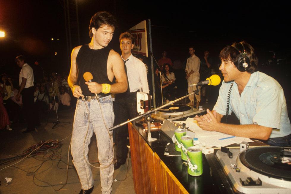"""1987: אדם בשיא ההצלחה, בהקלטה לרשת ג'. מימין: הקריין מנחם פרי. """"אני מאמין שאנחנו לא מסתלקים מפה לפני שעשינו את מה שצריך"""" (צילום: מיכאל קרמר)"""