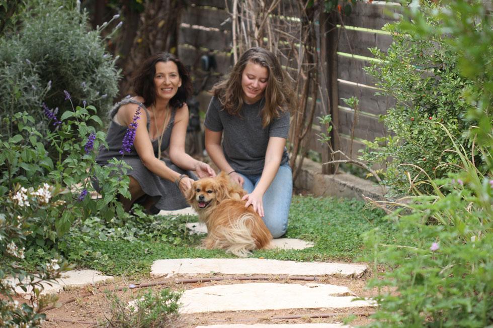 אורלי אביטל עם בתה נטע (בת 12). שתי הגדולות משרתות בצבא (צילום: חגי זכאי)