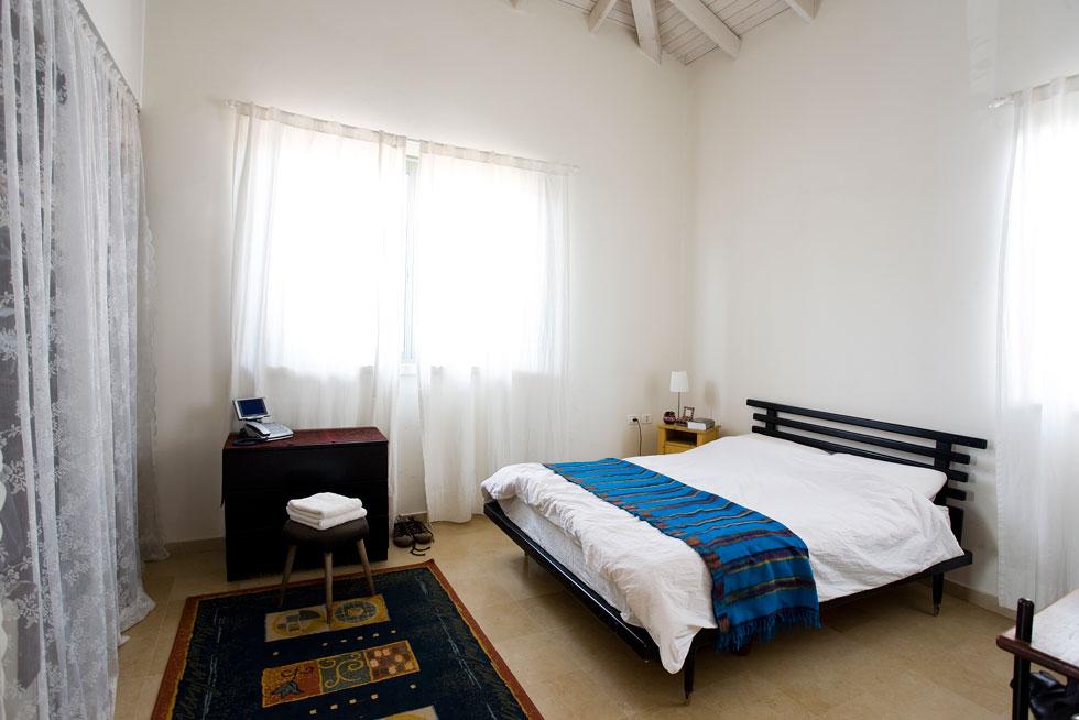 חדר השינה, לפני. את המיטה תכננה אביטל אצל נגר לפני 20 שנה, והיא עדיין כאן (צילום: רני לוריא)