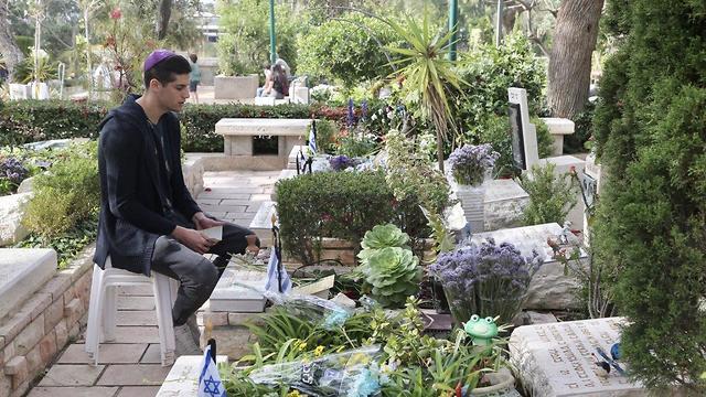 בית העלמין קריית שאול בתל אביב בערב יום הזיכרון (צילום: יריב כץ)