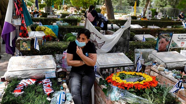 בית העלמין הצבאי בהר הרצל ביום הזיכרון (צילום: AFP)