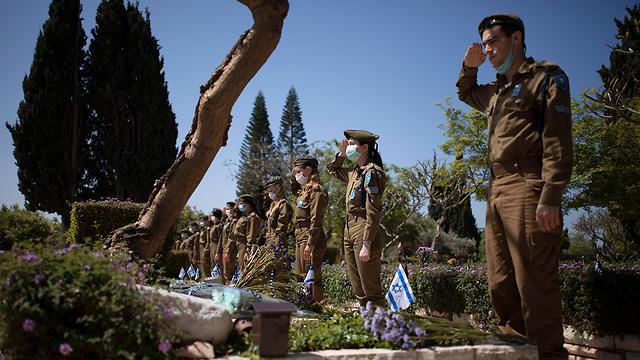 בית העלמין קריית שאול בתל אביב בערב יום הזיכרון (צילום: AP)