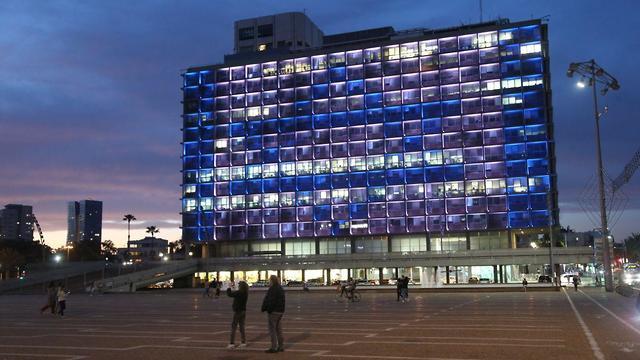 בניין עיריית תל אביב מואר בדגל ישראל בערב יום הזיכרון (צילום: מוטי קמחי)